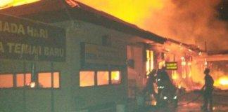Markas Polres Dharmasraya di Sumatera Barat terbakar pada Minggu (12/11/2017) dinihari, dua pelaku tewas ditembak polisi. Foto: Instagram@akhsanul_fajri