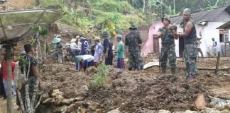 Pasukan Yonif 511/DY membantu masyarakat yang terdampak bencana di Pacitan. Foto: Dok. Penrem