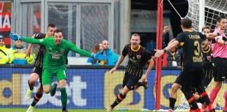 Penjaga gawang Benevento Alberto Brignoli selebrasi usai mencetak gol di detik terakhir laga kontra AC Milan di Stadio Ciro Vigarito, Minggu (3/11). Foto: Insidefoto.com