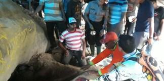 Evakuasi korban yang terjebak di sebuah lubang (Foto Istimewa)