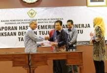 Badan Pemeriksa Keuangan (BPK) perwakilan Kalsel menyerahkan berkas laporan hasil pemeriksaan kinerja danpemeriksaan tahun 2017 kepada para kepala daerah di Kalimantan Selatan. Foto: Herpani