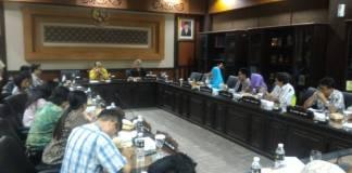 Paguyuban Pembeli Proyek Sipoa (P2S) mengadukan nasibnya ke Komisi A DPRD Jatim, Senin (4/12). Foto: Tri Wahyudi/NusantaraNews