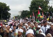Massa aksi Bela Palestina menggelar unjuk rasa di depan Kedutaan Besar AS di Jalan Merdeka Selatan, Jakarta Pusat. Foto: NUSANTARANEWS.CO/Ucok Al Ayubbi