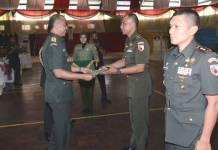 Komandan Kodim 0824 Jember, Letkol Inf Rudianto menerima penghargaan dari Pangdam V/Brawijaya Mayjen Arif Rahman. Foto: Sis/NusantaraNews/Kodim