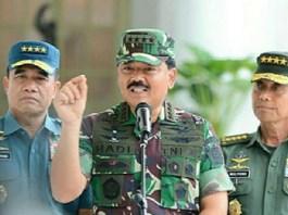 Panglima TNI Marsekal Hadi Tjahjanto (tengah) bersama Kasal Laksamana TNI Ade Supandi (kiri) dan Kasad Jenderal TNI Mulyono (Kanan). Foto: Dok. Puspen TNI