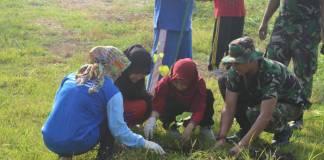 Personel Korem 084/Bhaskara Jaya bersama masyarakat berpartisipasi dalam menjaga ekosistem alam dan lingkungan. Foto: Dok. Penrem