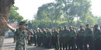 Komandan Korem (Danrem) 084/Bhaskara Jaya, Kolonel Kav M. Zulkifli melalui apel pengamanan Brawijaya Night Run yang berlangsung di lapangan Makodam V/Brawijaya, Kamis (4/1/2018).