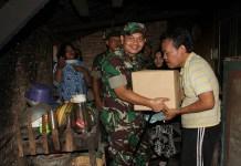 Dandim 0808 Blitar Letkol Inf Kris Bianto Jenguk anggotanya yang sedang sakit. Foto: Amrin/Istimewa