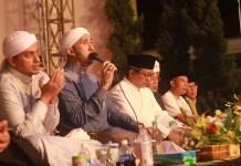 Habib Ali Zainal Abidin memimpin pembacaan Sholawat Nabi