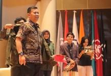 Dekan FMP Unhan Laksda TNI DR. Amarulla Octavian, S.T., M.Sc., D.E.S.D. menerima jaket almamter saat diresmikan sebagai anggota kehormatan UKM UKF IPB. Foto: Istimewa