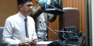 Wakil Ketua KPK Laode Muhammad Syarief tunjukkan tas mewah milik Bupati Kukar (Foto Restu Fadilah/Nusantaranews)