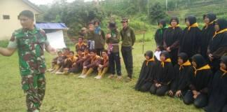 Bintara Pembina Desa (Babinsa) Geger dari Koramil 0807/17 Sendang Serda Tatang memberikan latuhan dasar kepemimpinan kepada HMPI. Foto: Dok. Kodim 0807 Tulungagung