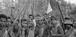 Masyarakat Dayak saat hendak melawan komunis (Foto Istimewa)