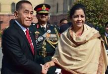 Nirmala Sitharaman berjabat tangan dengan Ryamizard-Ryacudu (Foto via news18)
