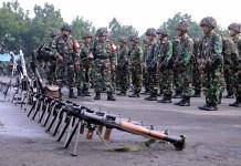 Komandan Batalyon Infanteri-3 Marinir Letkol Mar Prasetyo Pinandito selaku Komandan Tim Pendarat (BTP) Pasmar-1 melaksanakan pengecekan kesiapan prajurit di lapangan apel Bhumi Marinir Gedangan, Sidoarjo. Kamis (18/01/2018). Foto: Puspen TNI