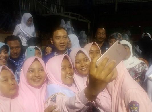 Reses terakhir Edhie Baskoro Yudhoyono (EBY) atau Ibas di Kabupaten Trenggalek, Jatim, Kamis (22/2/2018) adalah bertemu dangan ribuan pelajar di Kabupaten Trenggalek, Jatim bertempat di Utama Sport Centre. (Foto: NUSANTARANEWS.CO/Muh Nurcholis)