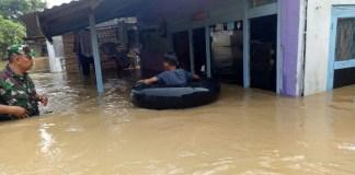 Anggota TNI mengecek banjir di Kabupaten Jombang, Jawa Timur. (Foto: Istimewa/NusantaraNews)