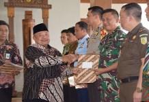 Bupati Madiun, Jawa Timur Muhtarom membentuk sekaligus melantik Tim Pelaksana Inventarisasi Penguasaan, Pemilikan, Penggunaan, dan Pemanfaatan Tanah (IP4T) Partisipatif melalui Surat Keputusan Bupati. (Foto: Istimewa/NusantaraNews)