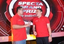 Executive Vice President Telkom Regional 2 Jakarta Teuku Muda Nanta (kiri) dan Vice President Marketing Management Telkom Jemy Confido (kanan) usai pengundian Grand Prize Program IndiHome pada acara 'Grand Prize Zpecta' yang berlangsung di Jakarta, Kamis (22/8). (FOTO: Humas Telkom)