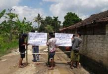 Warga melakukan aksi tutup paksa jalan penghubung dua kecamatan Gading dan Pasongsongan. (Foto: NUSANTARANEWS.CO/Mahdi)