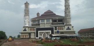 Proyek mesjid di Purwakarta yang batal diresmikan Bupati diduga pengerjaanya belum beres. Foto: NusantaraNews/Fouljo