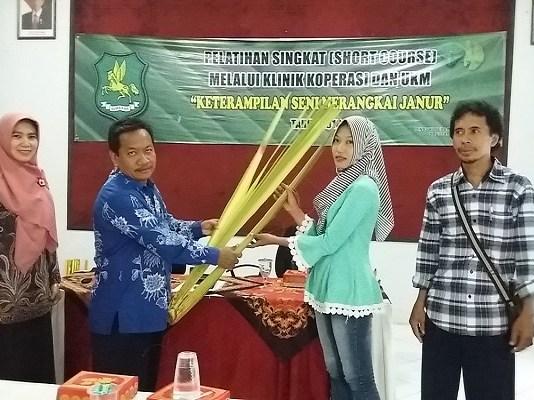 Kepala Dinas Koperasi dan Usaha Mikro meberikan bahan dasar berupa janur kepada peserta. (Foto: Kafi Hidayat/NusantaraNews)