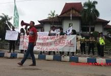 Para mahasiswa yang tergabung di FKMS melakukan Demontrasi di depan gedung DPRD Sumenep, Kamis (22/3/2018). (Foto: Mahdi Alhabib/NusantaraNews)