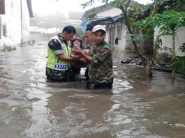 Para petugas TNI, Polri dan relawan BPBD mengevakuasi warga yang terkena banjir di Kabupaten Jombang, Jawa Timur. (Foto: Istimewa)
