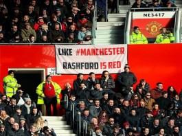 Sebuah spanduk yang dibentangkan untuk Marcus Rashford di Old Trafford. (Foto: Twitter/Manchester United)