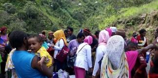 Bhayangkari Cabang Tolikara berkeliling ke kampung-kampung di distrik Karubaga 2. (Foto: Kasrim/NusantaraNews)