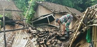 Bumi Reog Ponorogo Jawa Timur kembali diterjang bencana alam rumah roboh dan tanah longsor pada Senin (12/3/2018) sore. (Foto: Muh Nurcholis/NusantaraNews)