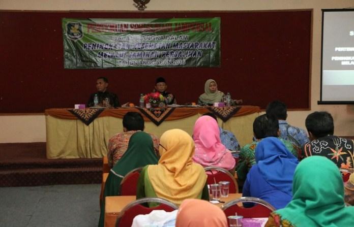Dinas Kesehatan melakukan kegiatan sosialisasi Jaminan Persalinan (Jampersal) bagi ibu dan anak, kegiatan tersebut ditempatkan di Aula Hotel Utami Sumenep Madura Jawa Timur, Selasa (13/3/2018).