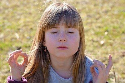 Enfant zen qui médite