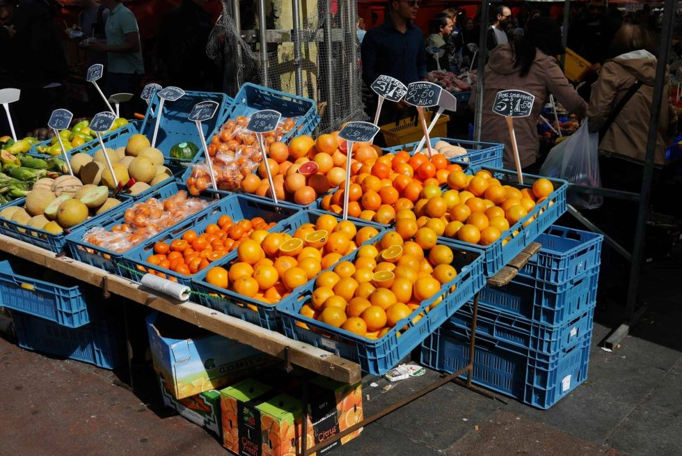 Image of a fruit stand selling a variety of oranges