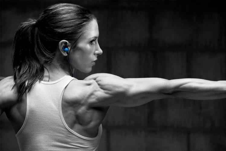 101755-Pauline_Nordin-fitness_model-barbell-blue-748x499