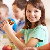 Group of classmates having lunch during break with focus on smiling girl with sandwich. Foto: Pressmaster/Shutterstock ORG XMIT: 53616c7465645f5ffd96fbd60e7514a7 ***DIREITOS RESERVADOS. NÃO PUBLICAR SEM AUTORIZAÇÃO DO DETENTOR DOS DIREITOS AUTORAIS E DE IMAGEM***