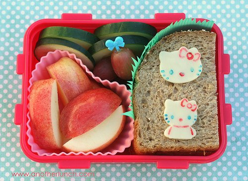 Pão integral de boa qualidade com ricota ou queijo branco + Frutas e legumes