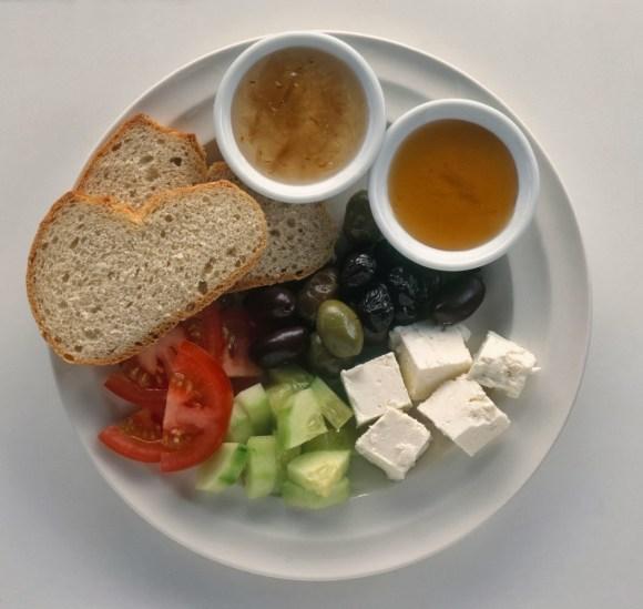 Pão integral + legumes e queijo branco + pasta de legumes
