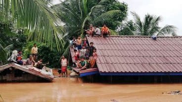 Villagers evacuate after the Xepian-Xe Nam Noy hydropower dam collapsed in Attapeu province, Laos July 24, 2018. ABC Laos News/Handout via REUTERS THIS IMAGE HAS BEEN SUPPLIED BY A THIRD PARTY. - RC129426A320