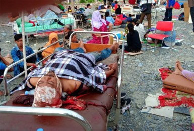 ATTENTION EDITORS - VISUAL COVERAGE OF SCENES OF INJURY OR DEATH Earthquake survivors rest on beds outside a hospital in Palu, Sulawesi Island, Indonesia September 29, 2018. Antara Foto/Rolex Malaha via REUTERS - ATTENTION EDITORS - THIS IMAGE WAS PROVIDED BY A THIRD PARTY. MANDATORY CREDIT. INDONESIA OUT. NO COMMERCIAL OR EDITORIAL SALES IN INDONESIA. TEMPLATE OUT. - RC1786FB5810