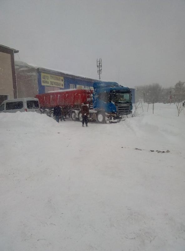 Продолжается неравная борьба со снежными заносами в Медногорске