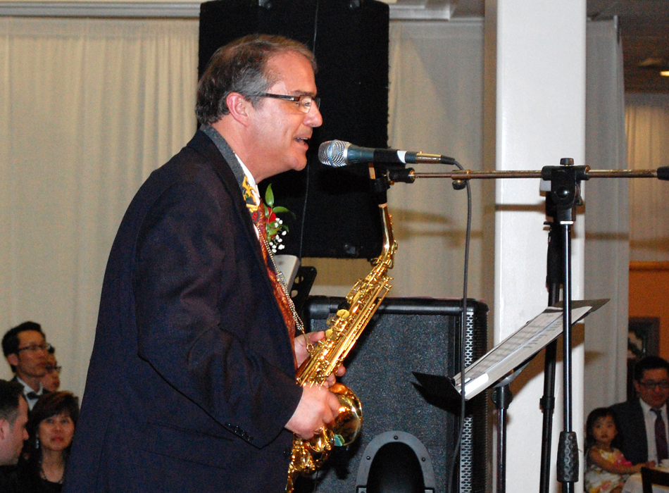 Lt. Gov. Owen singing a Chinese song, and playing the saxophone. (Photo by George Liu/NWAW)