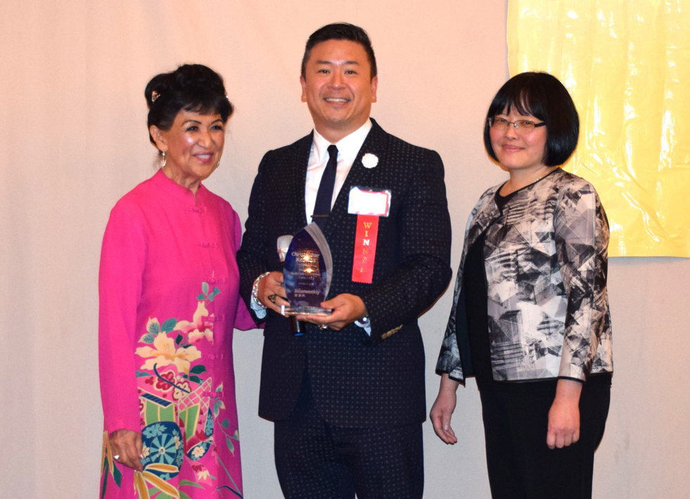 From left: Award presenter and event table captain Elsie Taniguchi (JACL), honoree Chris Kodama (MultiCare Connected Care), and honoree introducer and event sponsor representative Yanyun Wu (Bloodworks Northwest).