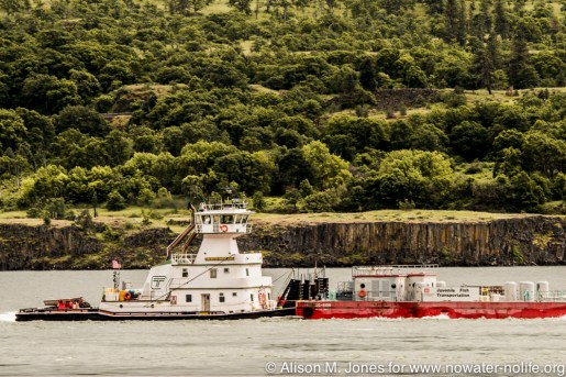 USA: Washington, Columbia River Basin, barge with USACE Juvenile Fish Transportation on Columbia River, east of Bingen