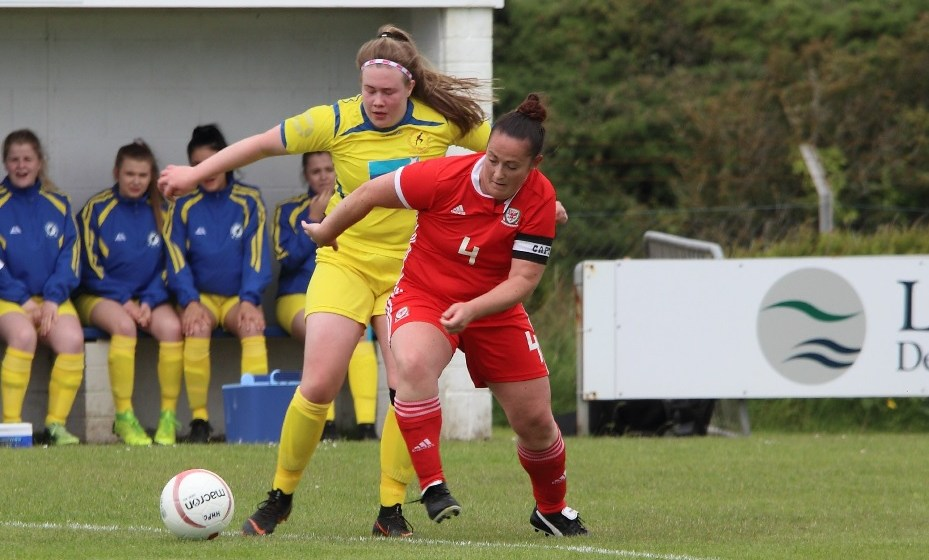 Amlwch Town Ladies re-sign two colossal defenders