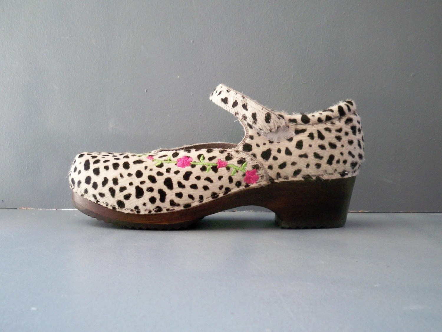 black and white HANNA ANDERSSON spotted clogs. platforms. animal print. cow. velcro. wooden heel. euro 40. made in brazil. mary janes