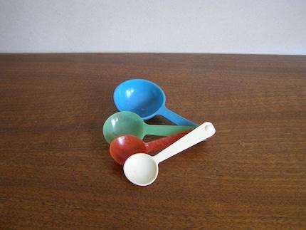 Vintage Plastic Measuring Spoons Set