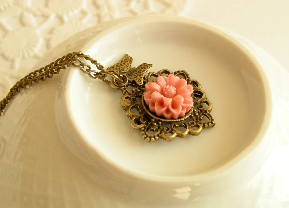 Sunray kissed flower necklace