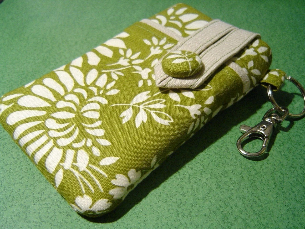 iPhone 3G/iPod-Touch sleeve --- Small Camera case with a Key ring and a Swivel Clasp, Zest Olive Floral