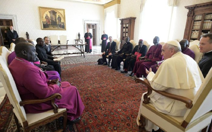 Pope Francis (R) meeting with a Delegation of the Council of Churches of South Sudan on March 23, 2018 at the Vatican.(Photo: AFP/ OSSERVATORE ROMANO / HO )Pope Francis (R) meeting with a Delegation of the Council of Churches of South Sudan on March 23, 2018 at the Vatican. / AFP PHOTO / OSSERVATORE ROMANO / HO
